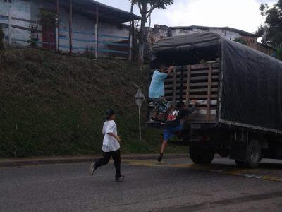 Peligroso Juego: Jóvenes Se Cuelgan En Camiones.