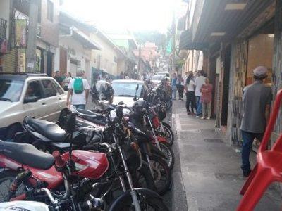 En San Antonio De Prado El Mal Parqueo, Un Problema Que Crece Día A Día.