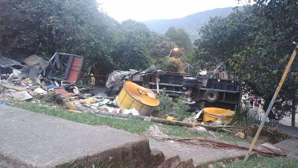 Camión se quedo sin Frenos en el barrio El Limonar de San Antonio de Prado2