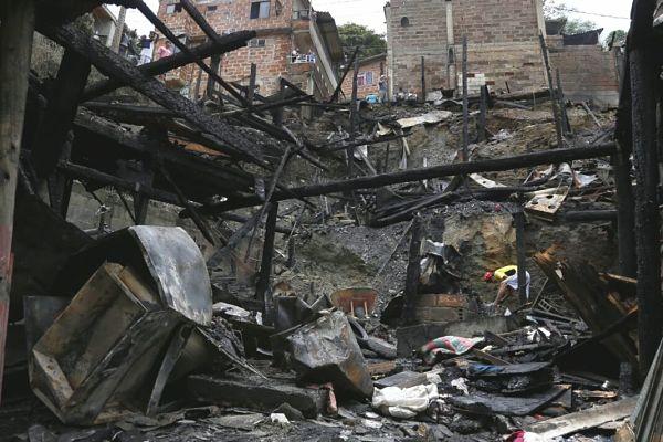 la alcaldía de Itagüí informó que continúan haciendo presencia en la vereda El Porvenir sector La Cañada, atendiendo de manera integral la emergencia ocurrida en la noche de ayer debido al devastador incendio que se presentó en este lugar. Cortesía - Itagüí Hoy