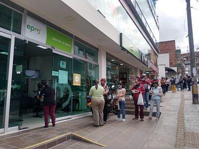 Largas Filas Se Ven En La Oficina De Atención Al Público De EPM En San Antonio De Prado