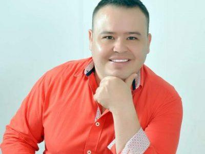 """""""Feliz Vivo Yo"""" Y """"Que Sufra El Que Sufra"""", Así Canta Eliecer González"""