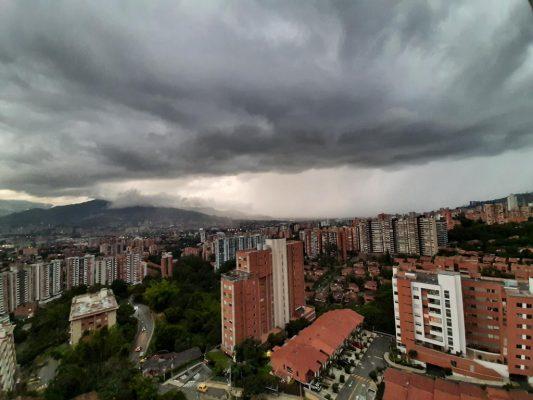 Bomberos De Medellín Atienden Emergencias Por Inundación En El Centro De La Ciudad.