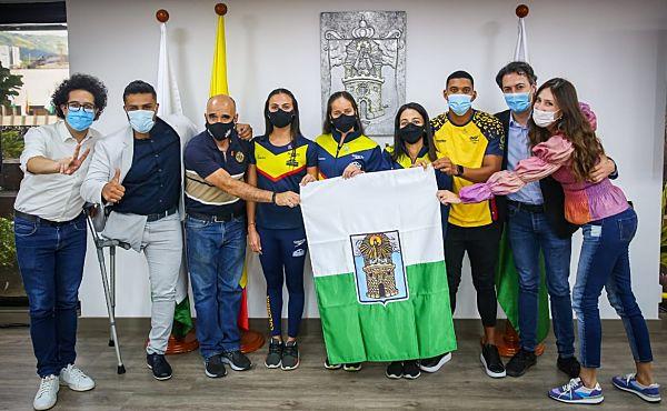 Alcalde De Medellín Entregó La Bandera De La Ciudad A La Delegación Antioqueña Que Participará En Los Juegos Olímpicos.