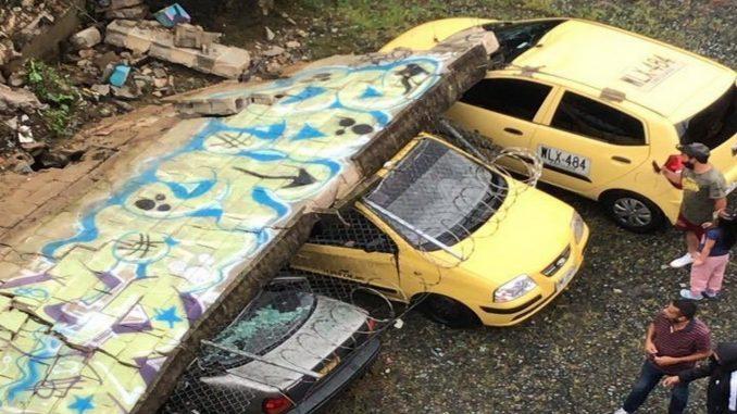 Vehículos Atrapados Por Caída De Muro En Caldas