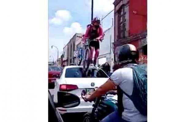 Ciclista Pasa Por Encima De Un Carro Que Estaba En La Ciclovia.