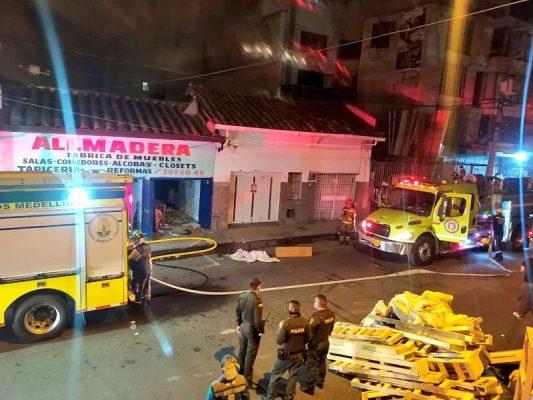 En El Barrio Belén Granada, Fue Controlado Incendio Por El Cuerpo De Bomberos De Medellín