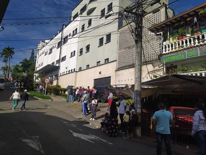 2 Filas en hospital de San Antonio de Prado vacunacion covid19