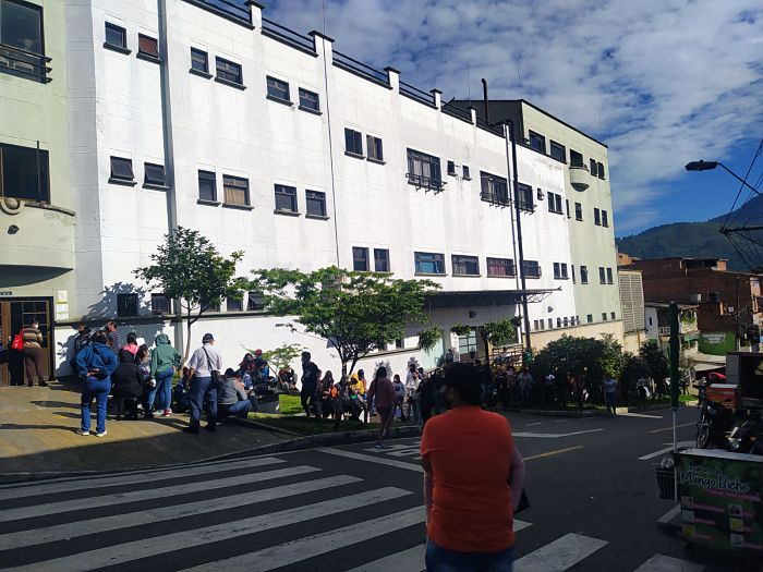 Filas en hospital de San Antonio de Prado vacunacion covid19