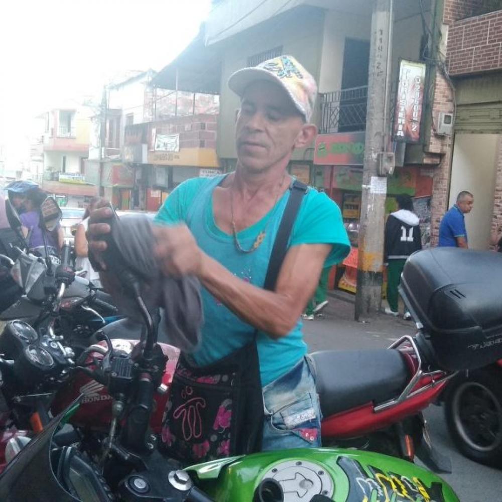 Para cuidar motos y carros a Jesús María les mando